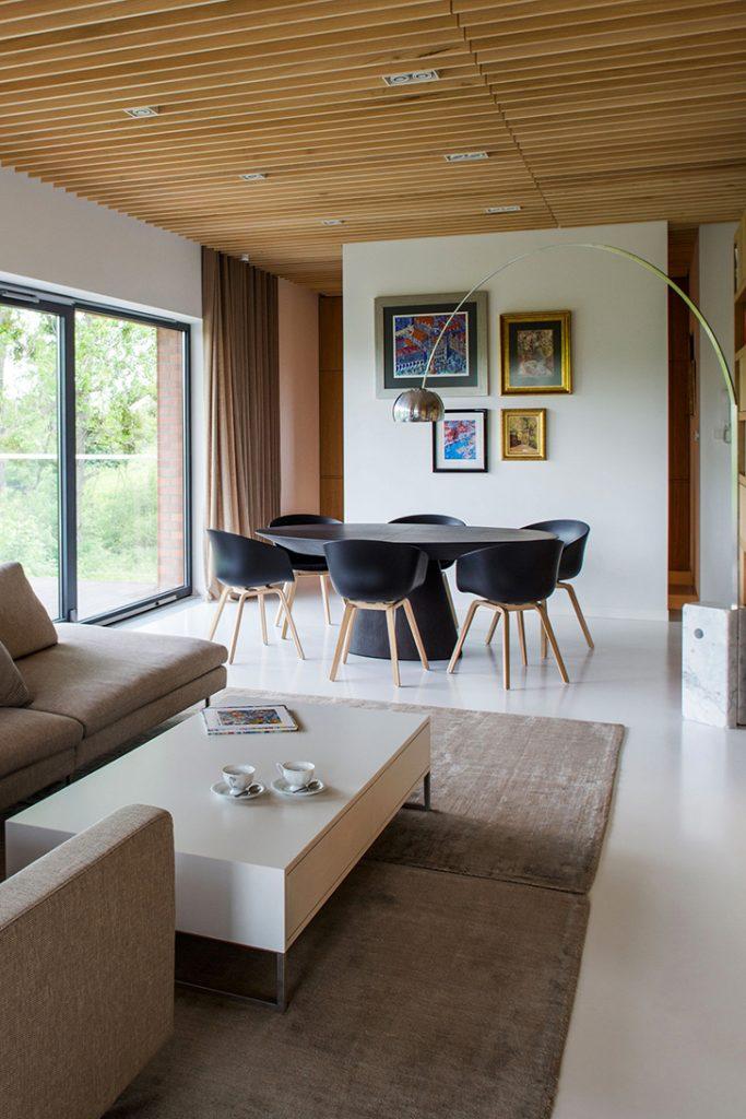 Фото наливного белого пола в частном доме в гостинной