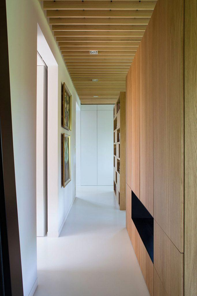пол полимерный бытовой в коридоре жилого помещения